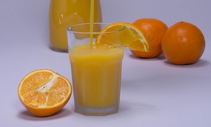 O mito sobre o saudável suco de laranja para o café da manhã!
