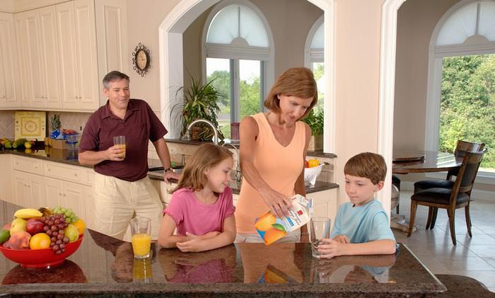crianças limpando a casa