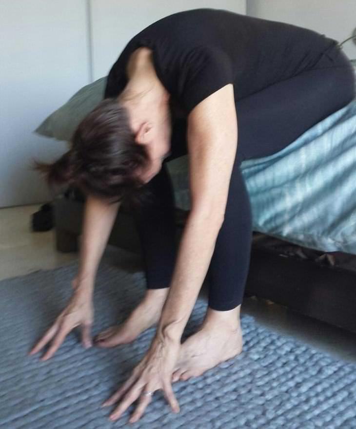 6 alongamentos que você pode fazer na cama para se sentir bem o dia todo