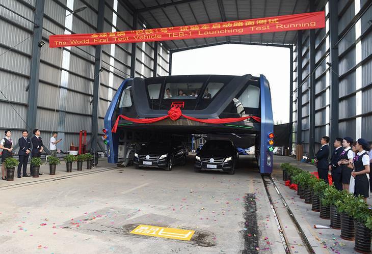 Novo ônibus que passa por cima dos carros na China