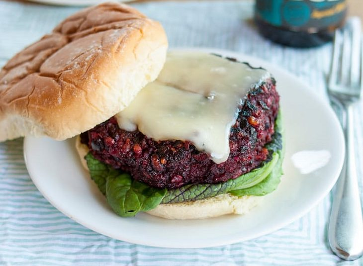 Um delicioso e saudável hambúrguer de beterraba vegano