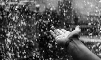 mãos na chuva