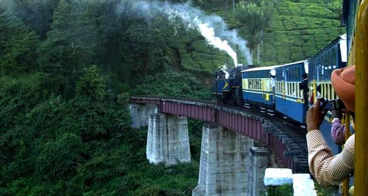 A bela linha de trem de Darjeeling Himalaia