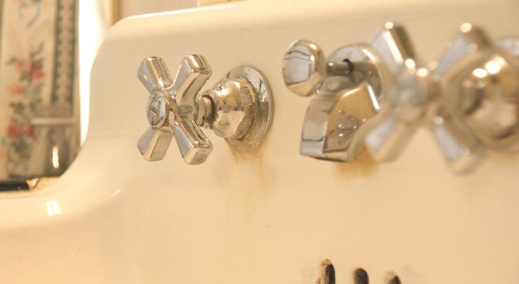 como limpar a pia de porcelana branca