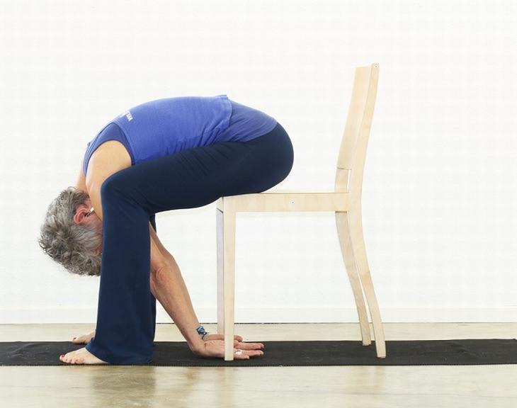 7 exercícios para os quadris e costas feitos na cadeira