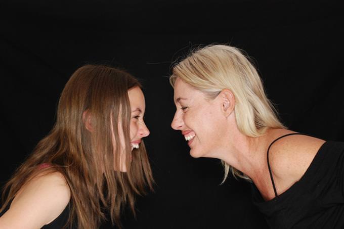 mãe e filha sorrindo