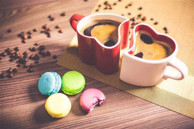 2 xícaras de café e biscoitos
