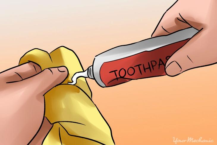 Use creme dental para restaurar os faróis oxidados
