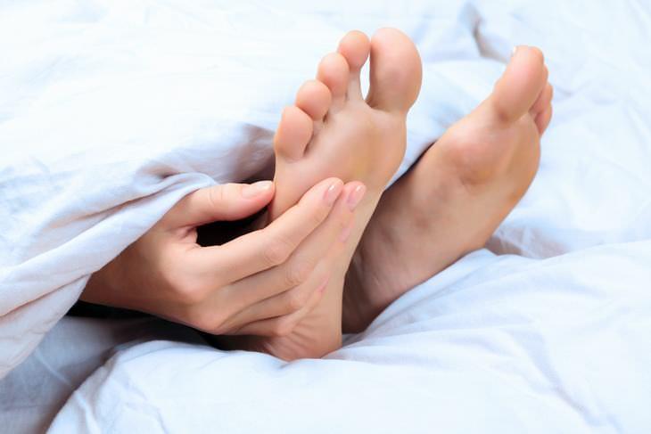 massageie seus pés com óleos essenciais para dormir