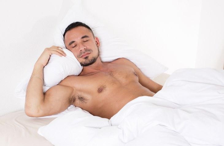 dormir pelado