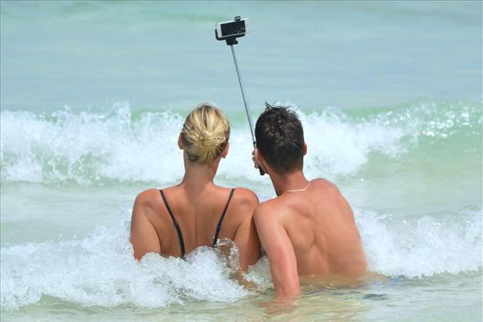 casal tirando selfie