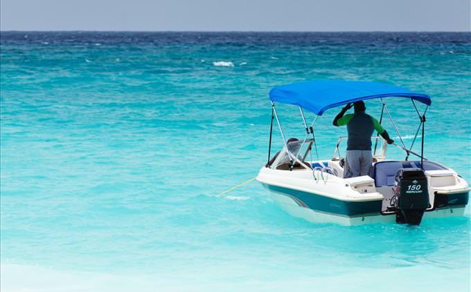 um homem em um barco a motor