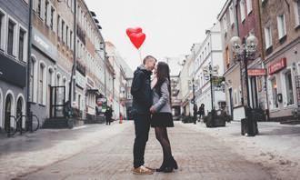 Jogo dos Erros: um casal se beijando com balões nas mãos