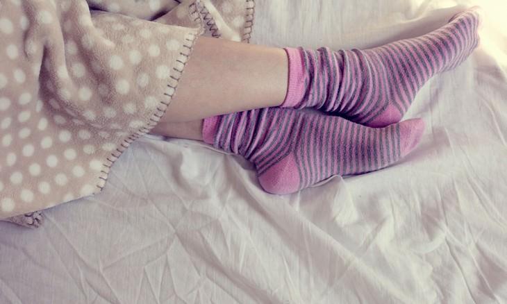 dormir de meias faz bem à saúde