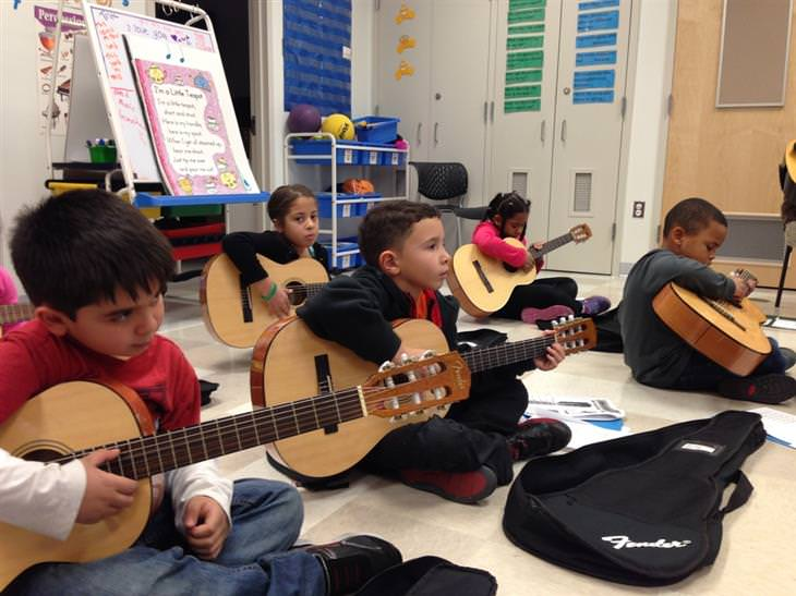 crianças tocando instrumento