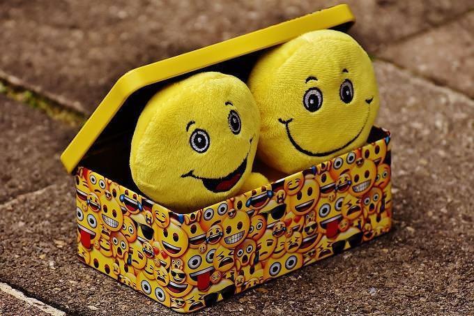 Uma caixa com smiles