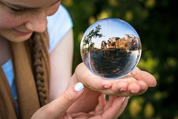 menina com bola de cristal
