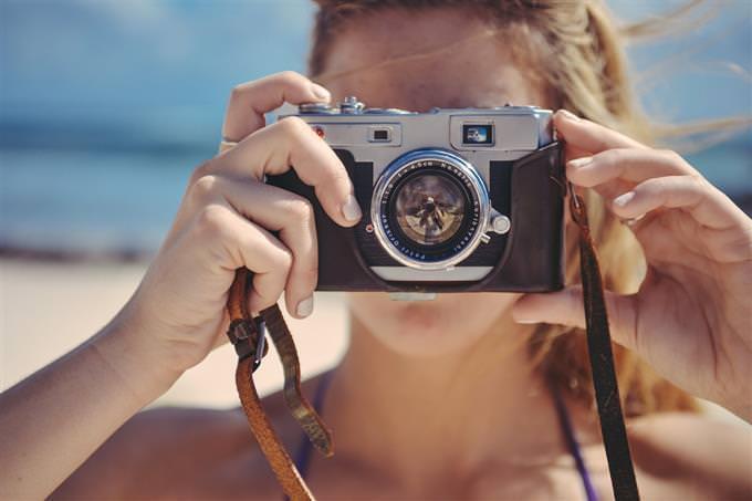 Teste de sorriso: uma mulher tirando foto