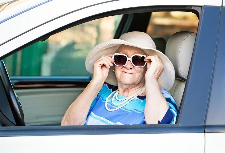 Piada: A velhinha deixa a chave dentro do carro