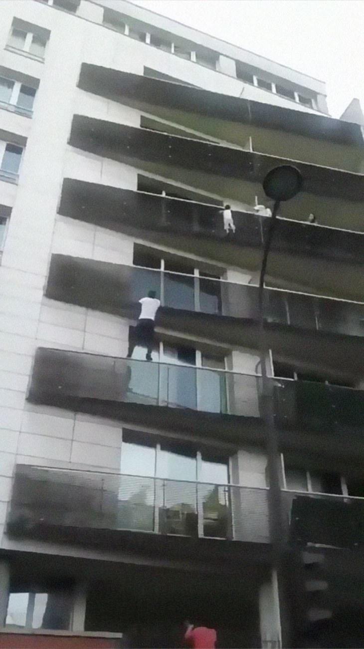 homem-aranha de paris salva uma criança