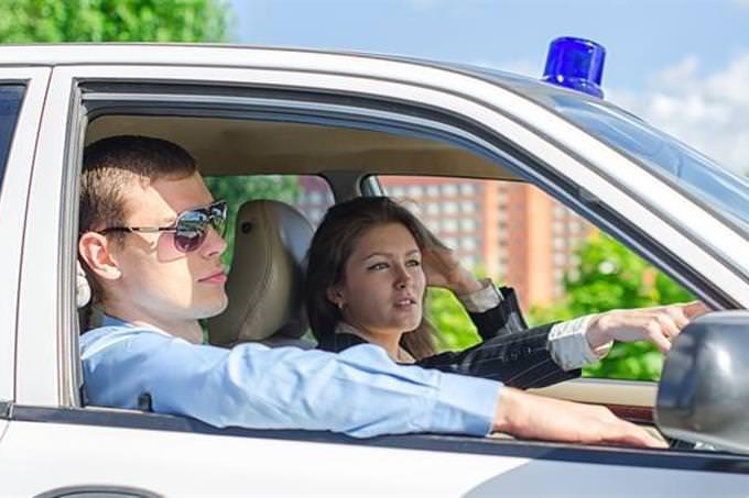 policial em um carro