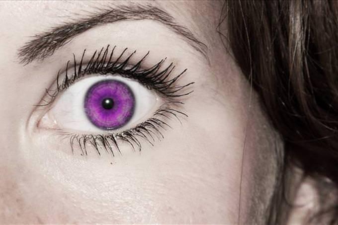 mulher com pupila roxa