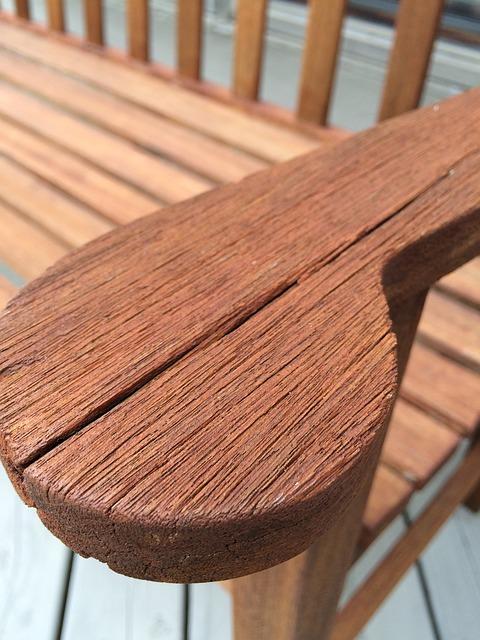 arrume a madeira com a ajuda de um palito de dente