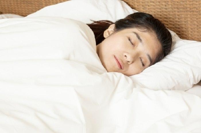 Dormir do lado direito faz bem à saúde
