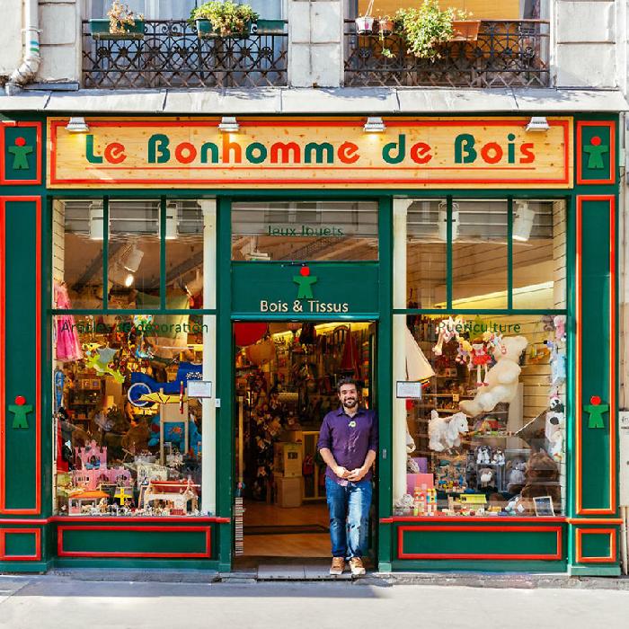 Lojinhas de rua em Paris Yann Bilhaud aguarda crianças na porta da loja de brinquedos que ele administra