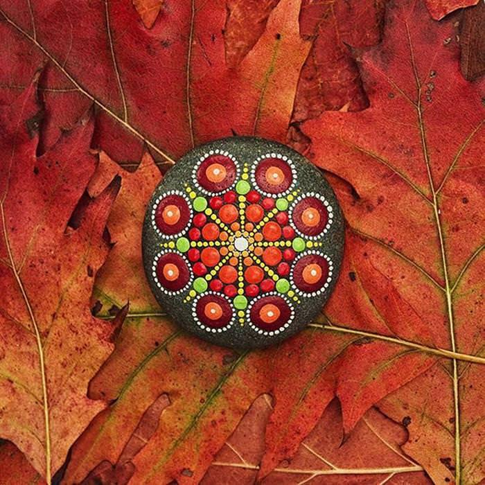 Elspeth McLean Transforma Pedras em Arte
