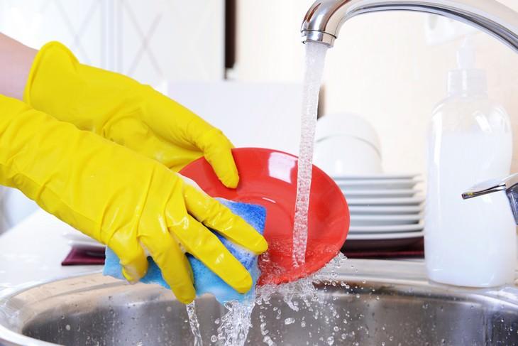 como economizar na hora de lavar louça