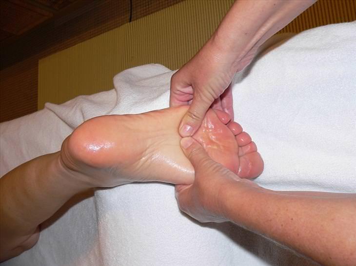 massagem nos pés saúde