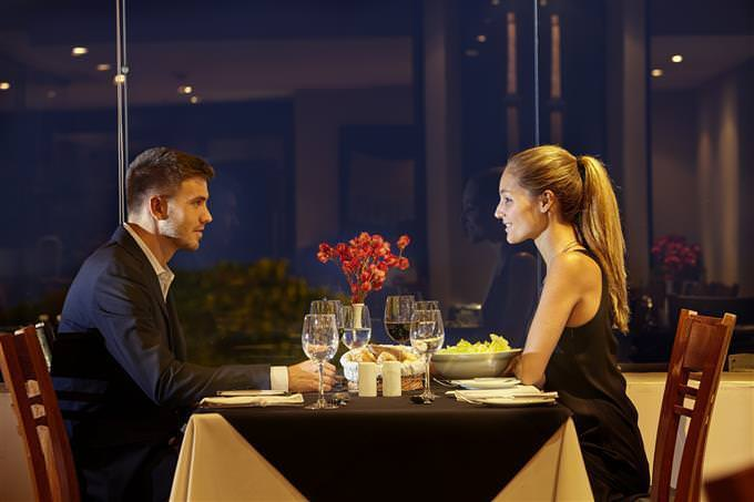 casal no restaurante