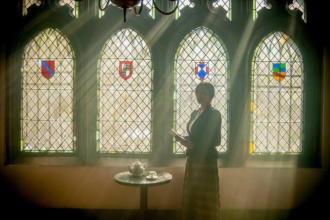 Mulher de pé dentro de edifício iluminado