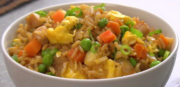Deliciosa receita de frango salteado com arroz