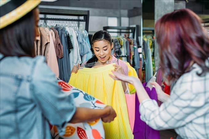 jovem comprando roupas