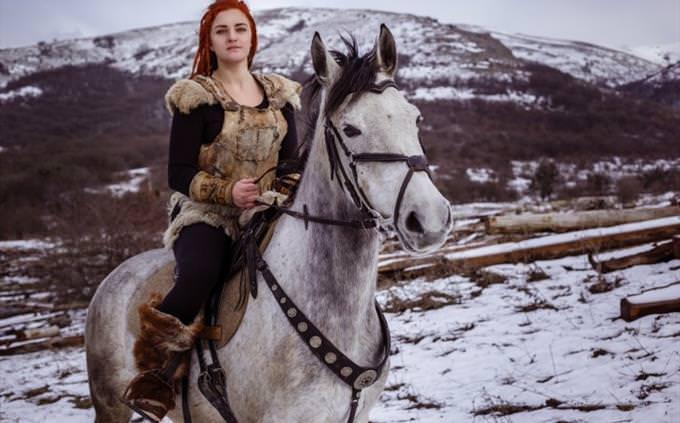 mulher viking no cavalo