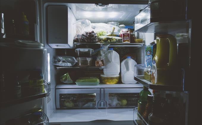 geladeira cheia de comida