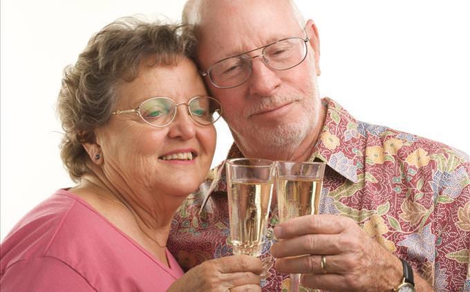 casal de idosos brindando
