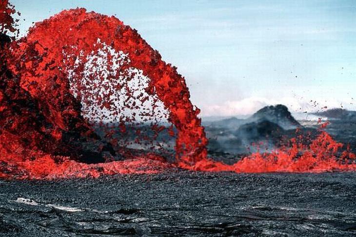 vulcão com lava azul
