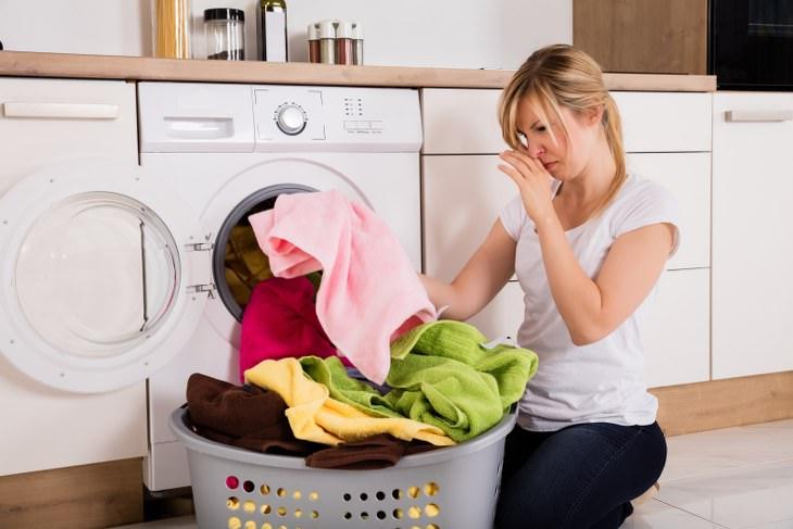 como remover cheiro de mofo da toalha