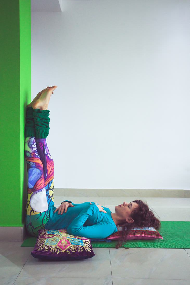 benefícios de pôr os pés na parede