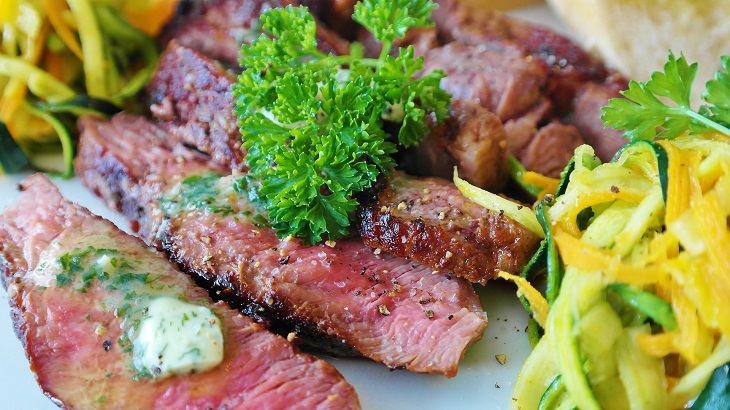 cozinhando carne