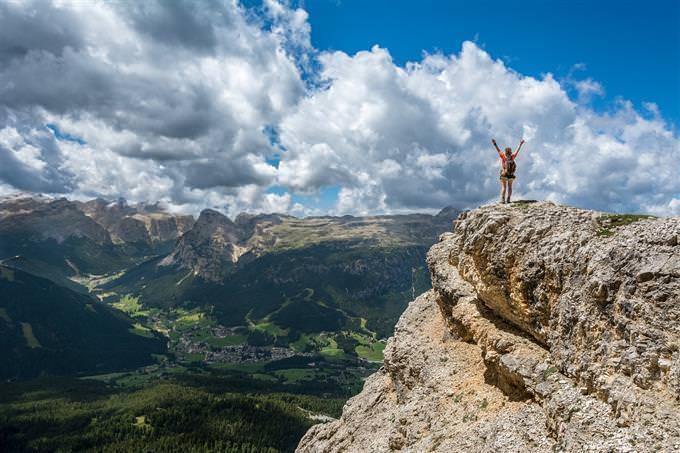 Homem de pé em uma montanha