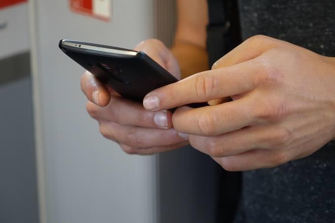 segurando um smartphone