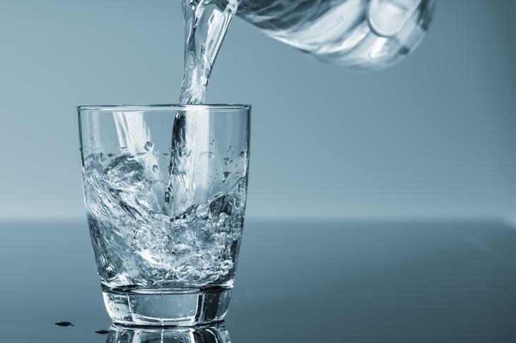 beber a água que fica ao lado da cama faz mal
