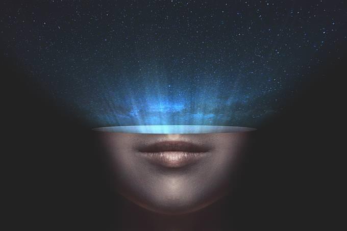 Imagem da metade inferior de um rosto com um céu estrelado saindo dela