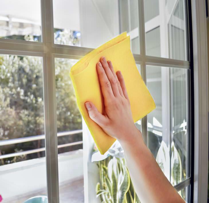 dois métodos fáceis para limpar as janelas
