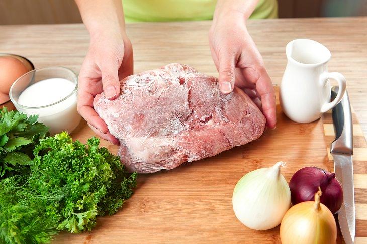 8 Erros graves que cometemos ao descongelar carne