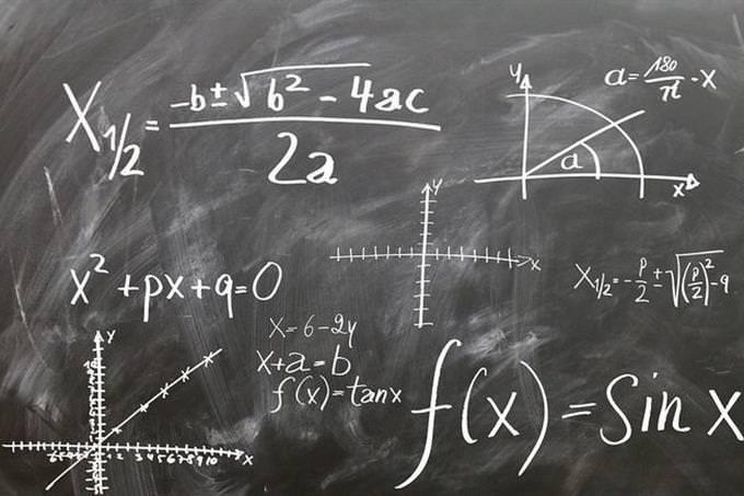 um quadro com cálculos de matemática